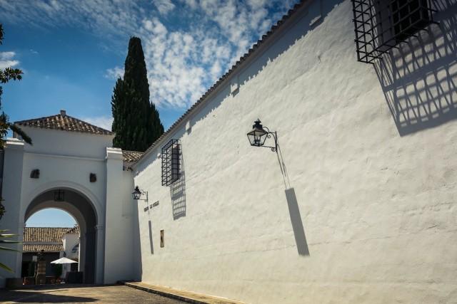 Fotografía de la entrada principal de la Bodega Los Angeles