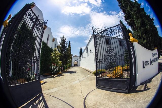 Fotografía con efecto ojo de pez de la puerta principal de la bodega Los Angeles
